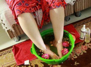 Escalda pés com flores, óleos e ervas