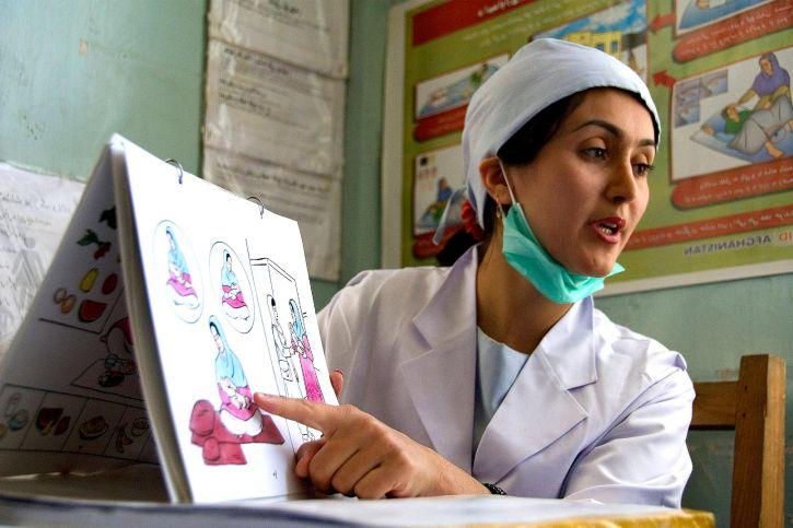 enfermeira orientando
