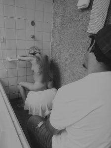 Aqui, a utilização do chuveiro e da bola como métodos de alívio da dor no parto.